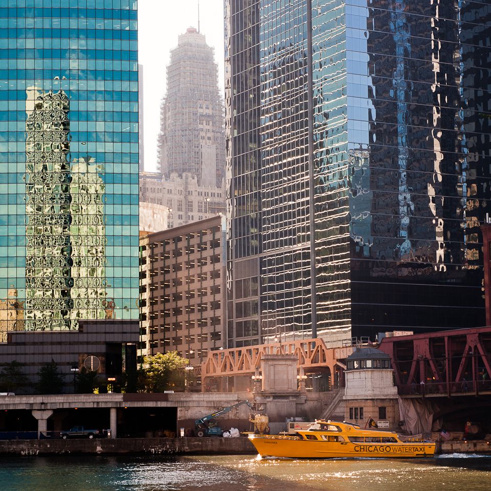 photo-chicago-water-taxi-along-river